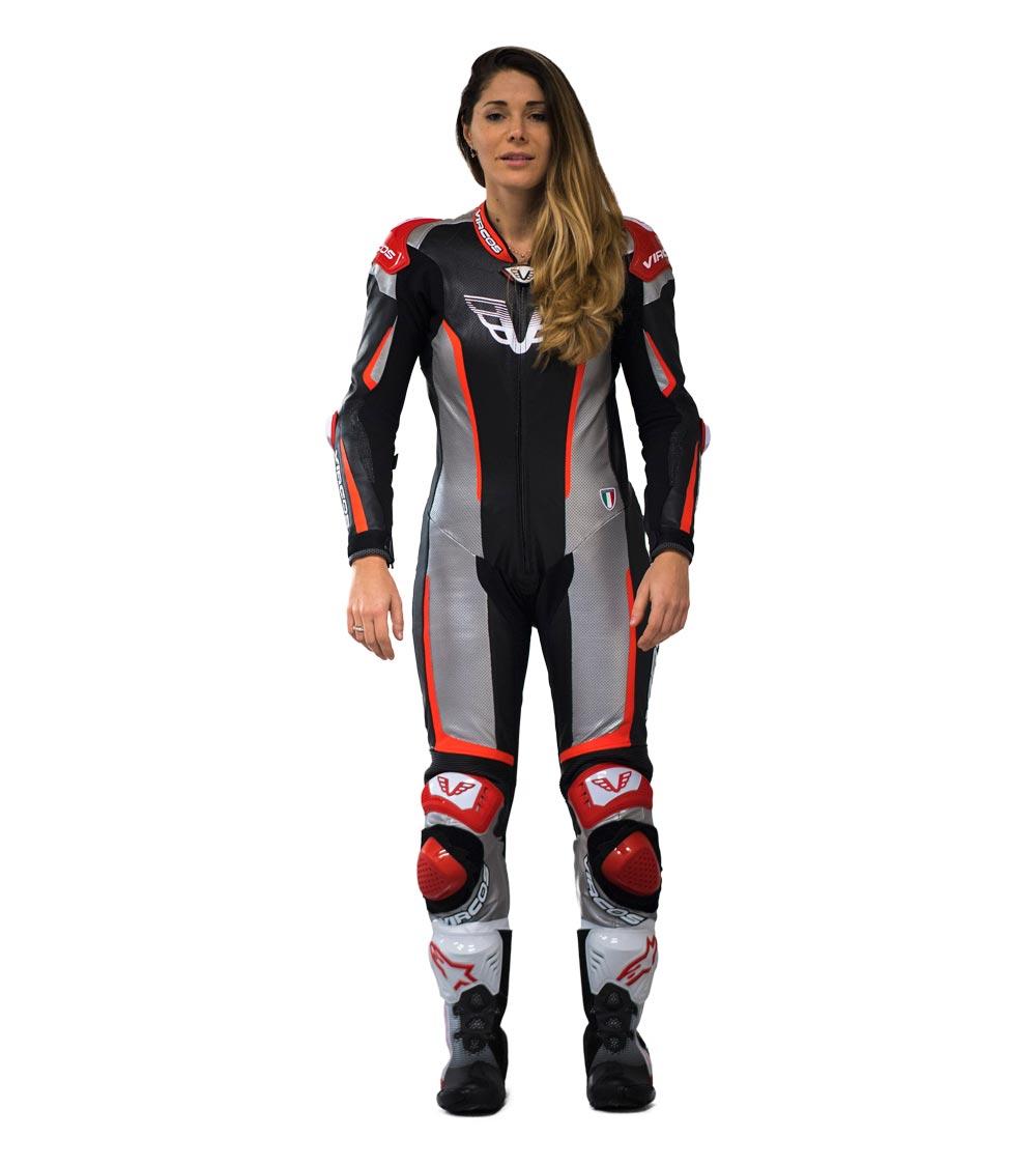 dettaglio frontale tuta moto rossa racer lady