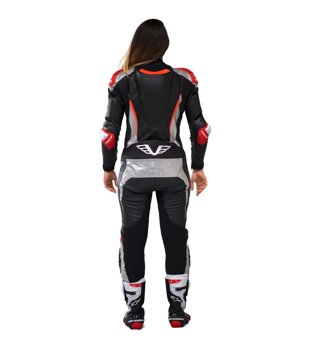 dettaglio retro tuta moto rossa racer lady
