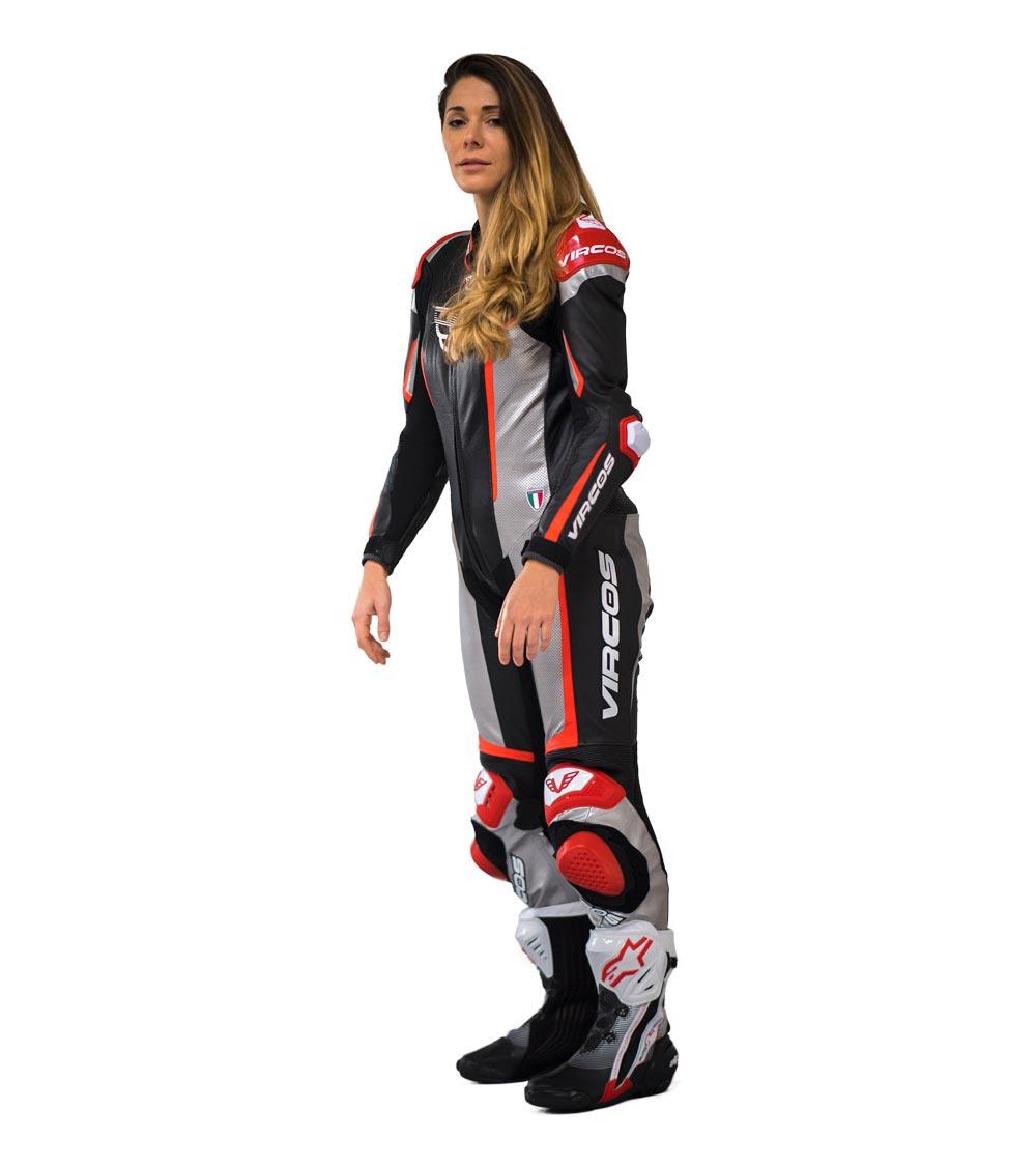 dettaglio laterale sinistro tuta moto rossa racer lady