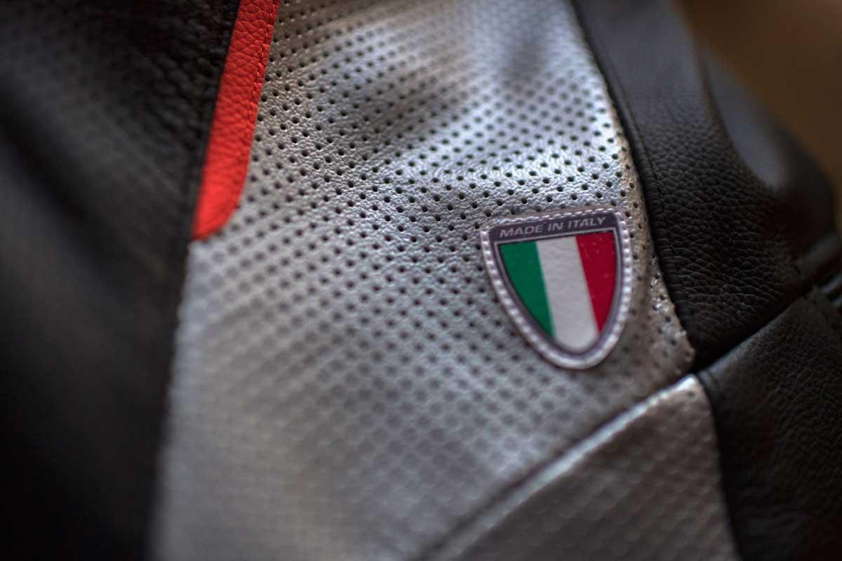 dettaglio made in italy tuta moto rossa racer lady